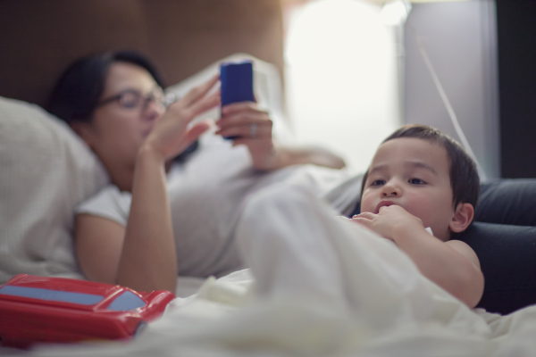 study shows - Parents Harsher to Children When Absorbed With Smartphone