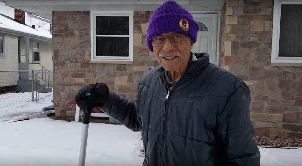 101 year old shoveling snow - Mann